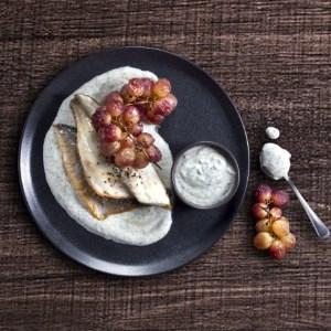 מחבת עם ענבים צלויים ורוטב יוגורט שמיר