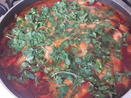 דגי מושט חריפים עם ירקות